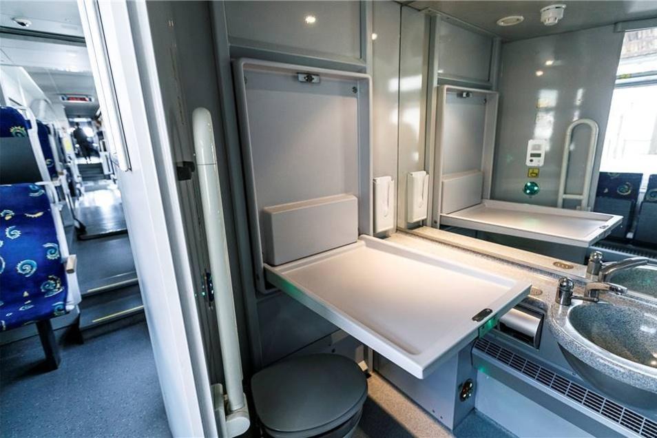 Zu den Neuerungen zählt die Ausrüstung der WC-Kabinen mit SOS-Schaltern und Wickeltischen.