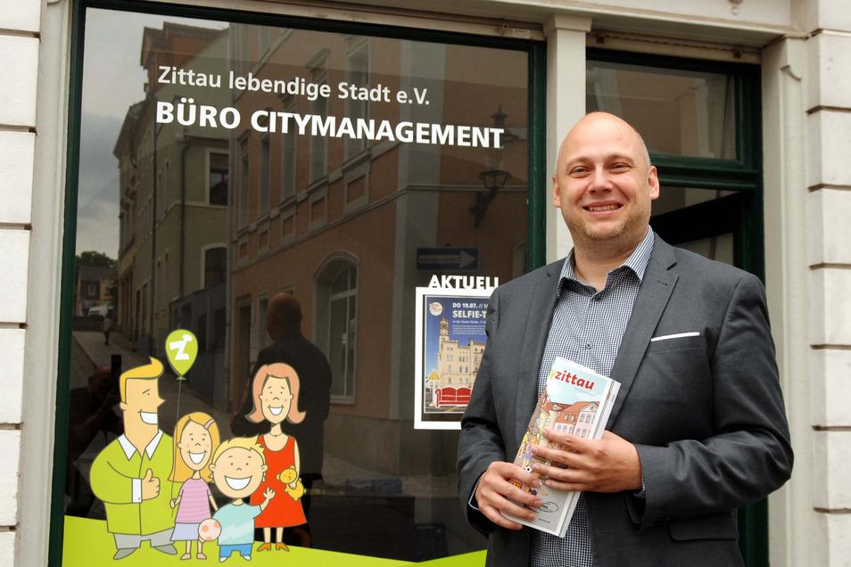 Zittaus City-Manager Stephan Eichner vor seinem Büro in der Böhmischen Straße.
