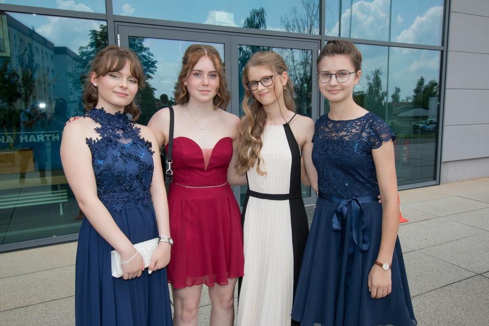 Emilia, Linda, Samira und Lene durften nach den coronabedingten Ausfällen der Jugendweihen nun endlich ihre neuen Kleider tragen.