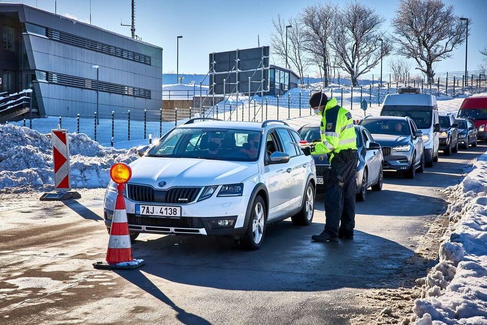 Schwerpunkt der stationären Kontrollen war zweifelsohne die Autobahn A 17, hier am Übergang in Breitenau.