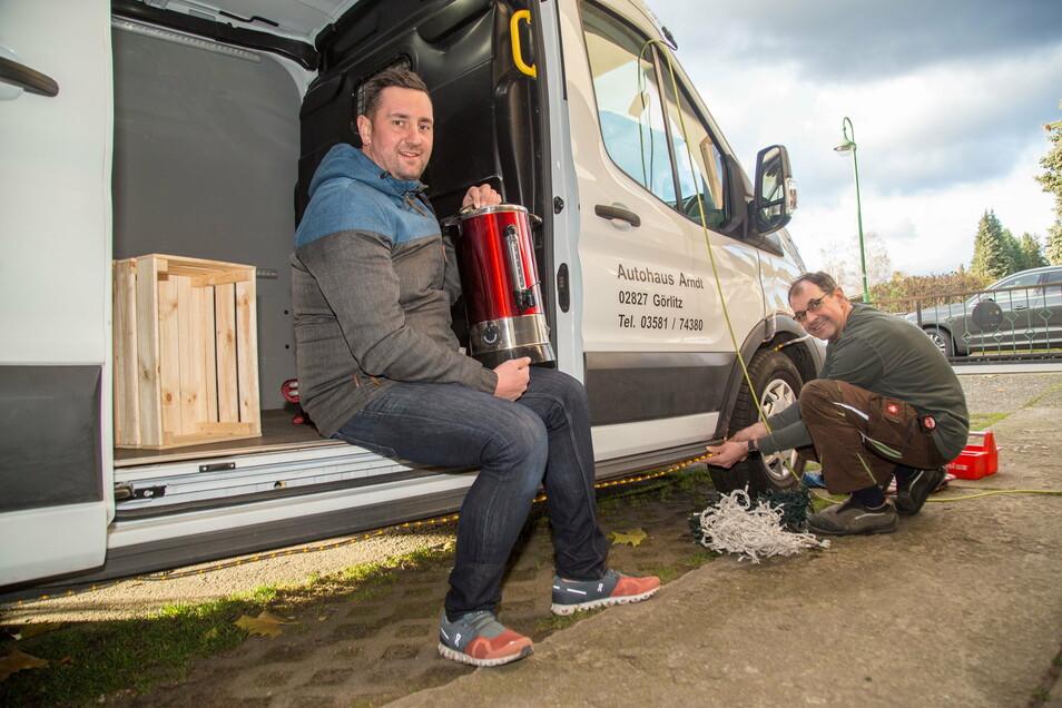 Noch guter Dinge: Schwarz-Reisen-Chef Patrick Schultze und Sven Hanusch, Mitarbeiter der Tischlerei Schwarz bereiten das Gluhwein-Taxi vor.