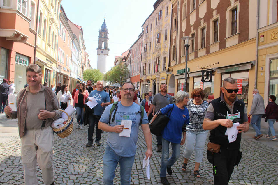 Die Corona-Proteste in Bautzen am 9. Mai werden etwa von André Giebelhäuser (links) und Johannes Wenzel (Mitte) angeführt.