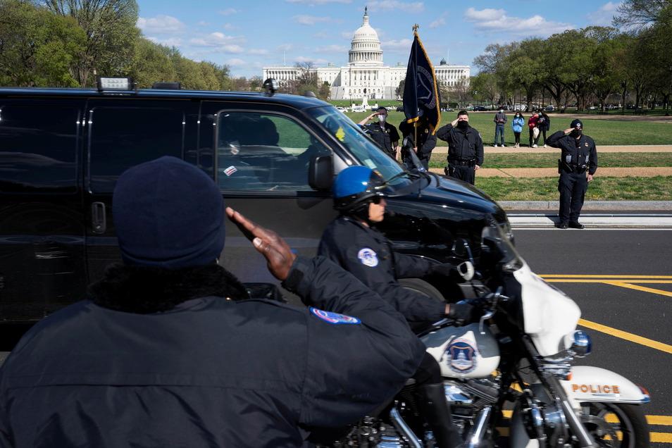Beamte der US-Kapitolpolizei salutieren, als der Leichnam eines Kollegen weggefahren wird.