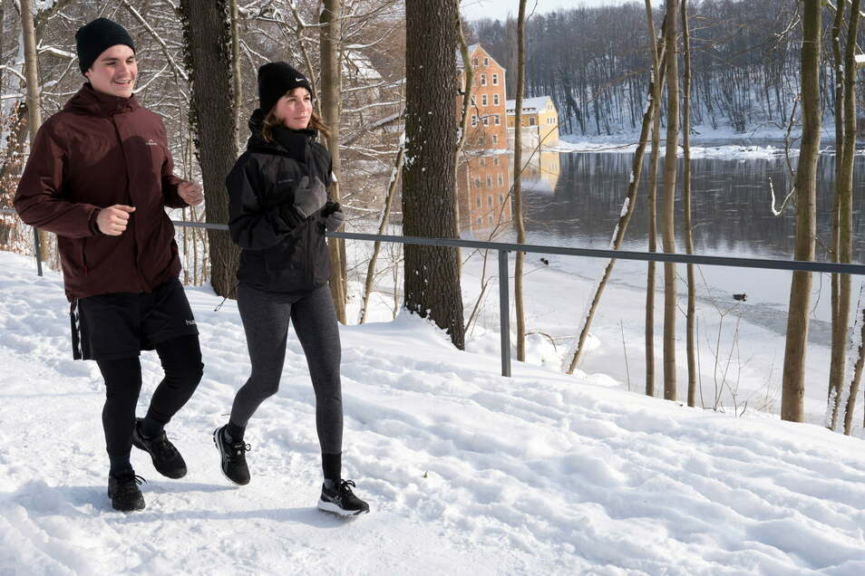 Jogger trotzen der Kälte und dem Schnee an der Neiße nahe der Obermühle in Görlitz.