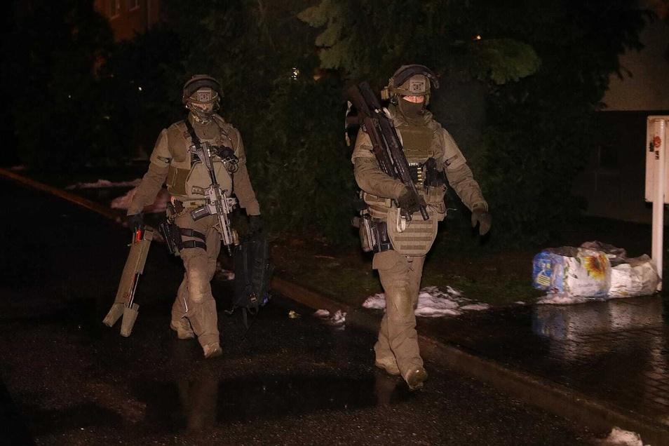 Spezialeinsatzkräfte in voller Montur am Mittwochabend in Klotzsche.