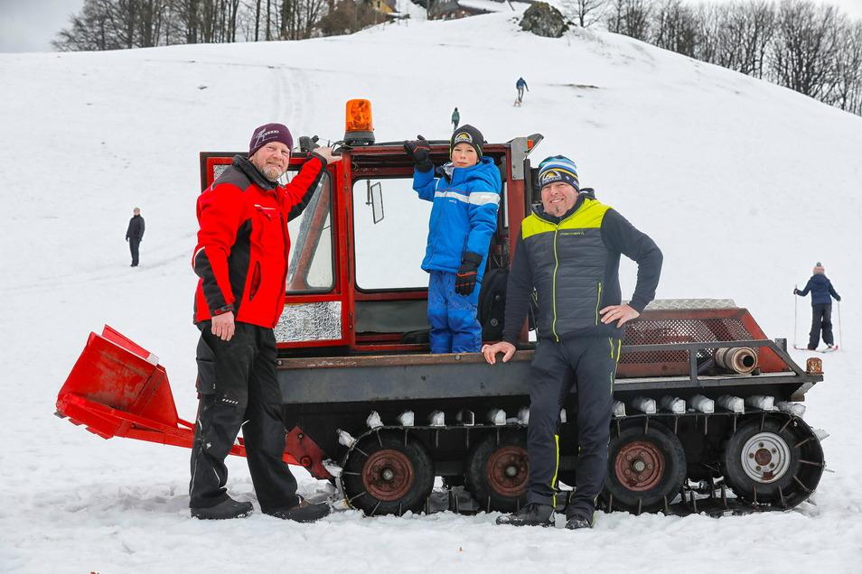 """Bernd Herford (l.) vom Lückendorfer Förderverein präpariert mit Gleichgesinnten den Skihang am Johannisstein und die Skiwege in Oybin und Lückendorf. Hagen Gnauk von den """"Ski-Hagens"""" und Sohn Kalle freut das."""