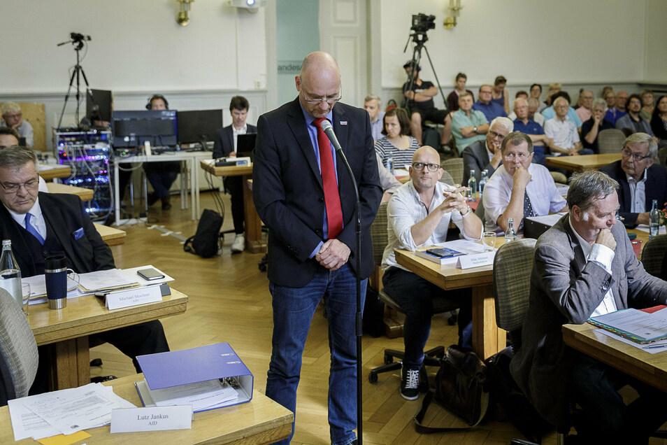 Lutz Jankus, Fraktionsvorsitzender der AfD, bei der ersten Sitzung des neu gewählten Stadtrates voriges Jahr.