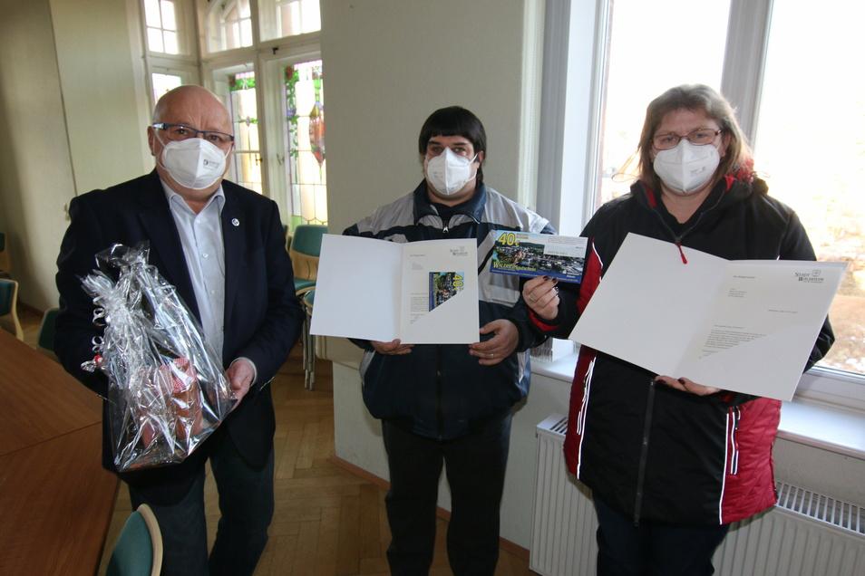 Als Dankeschön für ihr umsichtiges Handeln beim Brand in Neuschönberg hat Bürgermeister Steffen Ernst (links) ein Präsent an Katja Grundmann und Patrick Ziera überreicht.
