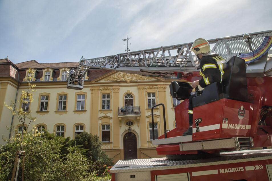 Feuerwehrmann Sebastian Schramm bringt die beiden Musiker auf Augenhöhe mit den Bewohnern des Nieskyer Altenpflegeheimes.