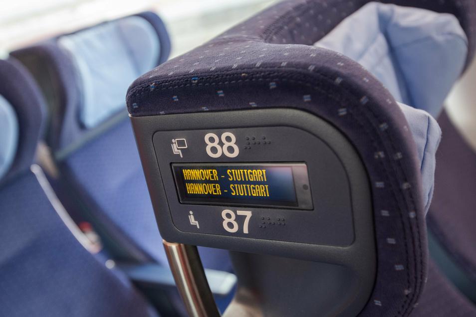 Eine elektronische Reservierungsanzeige ist in einem ICE-4 der Deutschen Bahn an der Kopfstütze integriert.
