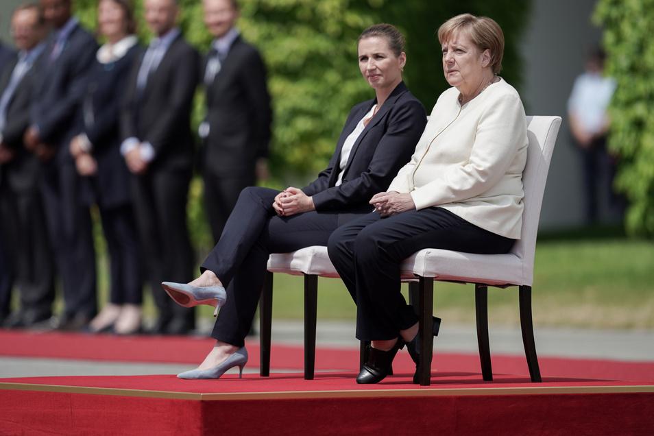 Bundeskanzlerin Angela Merkel (CDU) sitzt neben der dänischen Ministerpräsidentin Mette Frederiksen beim Empfang vor dem Kanzleramt.