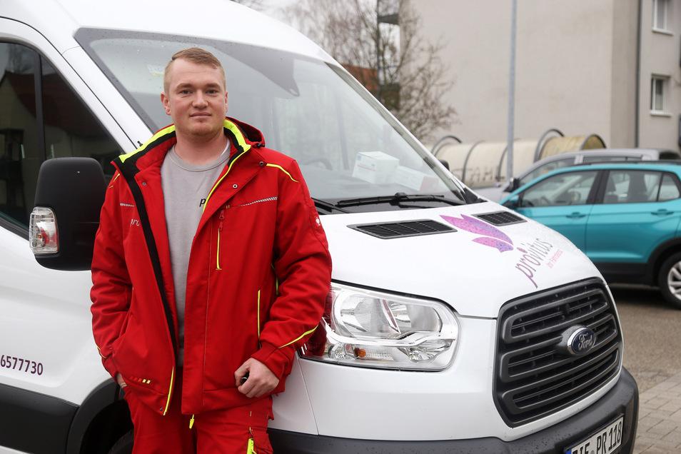 Nico Michael von der Riesaer Firma Provitus auf dem Parkplatz vor dem Firmenstandort in der Pausitzer Delle. Von dort aus starten die Fahrten.