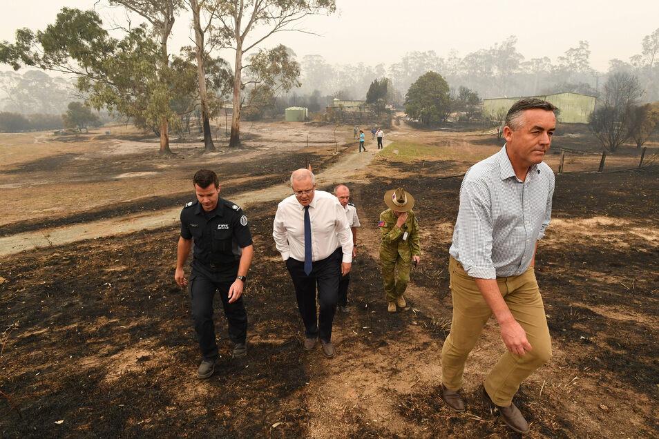 Scott Morrison (M), Premierminister von Australien, steht wegen seines Krisenmanagements in der Kritik.