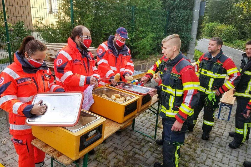 Die Schnelleeinsatzgruppe der Johanniter Leisnig versorgte die Feuerwehrleute vor Ort.