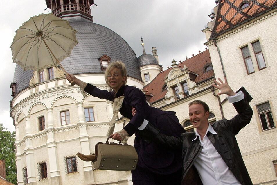 Kunst und Schloss - das geht in Schönfeld immer zusammen. Hier Magier Torsten Pahl mit Bühnenpartnerin Kerstin Straßburger.