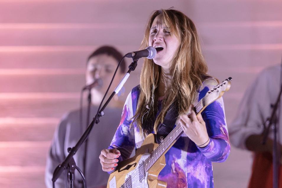 Die Schweizer Sängerin Sophie Hunger musste am Freitagabend auf dem Konzertplatz Weißer Hirsch in Dresden gegen das Wetter anspielen.