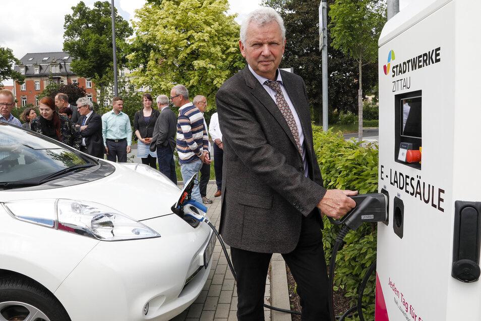 Klaus-Dieter Haim von der Fakultät Elektrotechnik lädt den Nissan Leaf, den diese von der Enso bekommen hat.