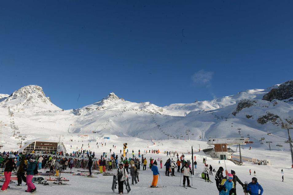 Skifahrer warten bei Sonnenschein an Liften im Skigebiet der Idalp - die Skisaison in Ischgl soll mit Sicherheitskonzept starten, um die massiven Ausbrüche von 2020 zu vermeiden.