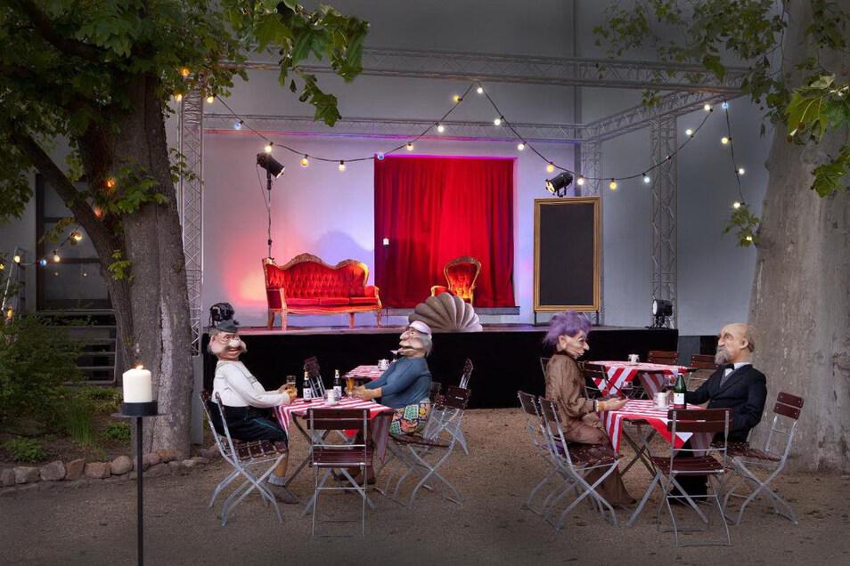 Bisher haben nur Puppen an den Tischen im Theatergarten Platz genommen. Ab 6. Juni werden dort Besucher erwartet.