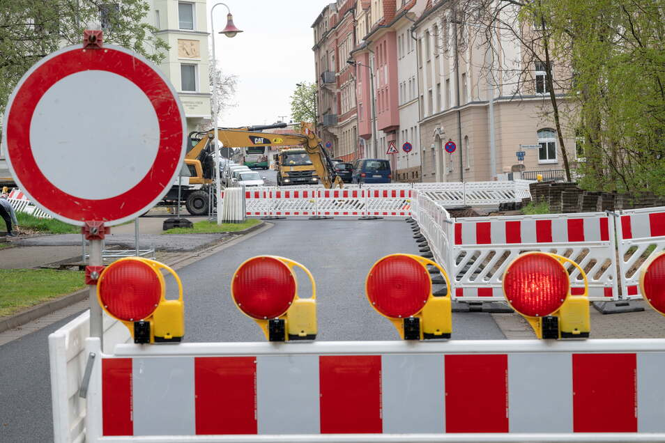 Vollsperrung: Von den Einkaufsmärkten an der Scheiderstraße in Riesa gelangt man derzeit nicht in Richtung Heinestraße. Grund sind Erschließungsarbeiten für Baugrundstücke.