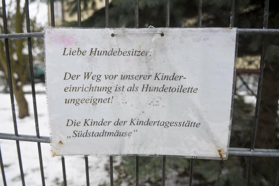 """2011 protestierte die Kita """"Südstadtmäuse"""" mit diesem Schild gegen uneinsichtige Hundehalter."""