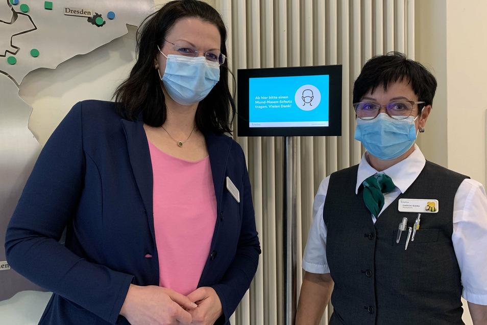 Klinikgeschäftsführerin Franziska Bell (links) und Kathrin Gaida, die Leiterin des Empfangs im Leisniger Helios-Krankenhaus, sehen den Masken-Scanner als sinnvolle und wichtige Ergänzung für den Klinikalltag in Corona-Zeiten.