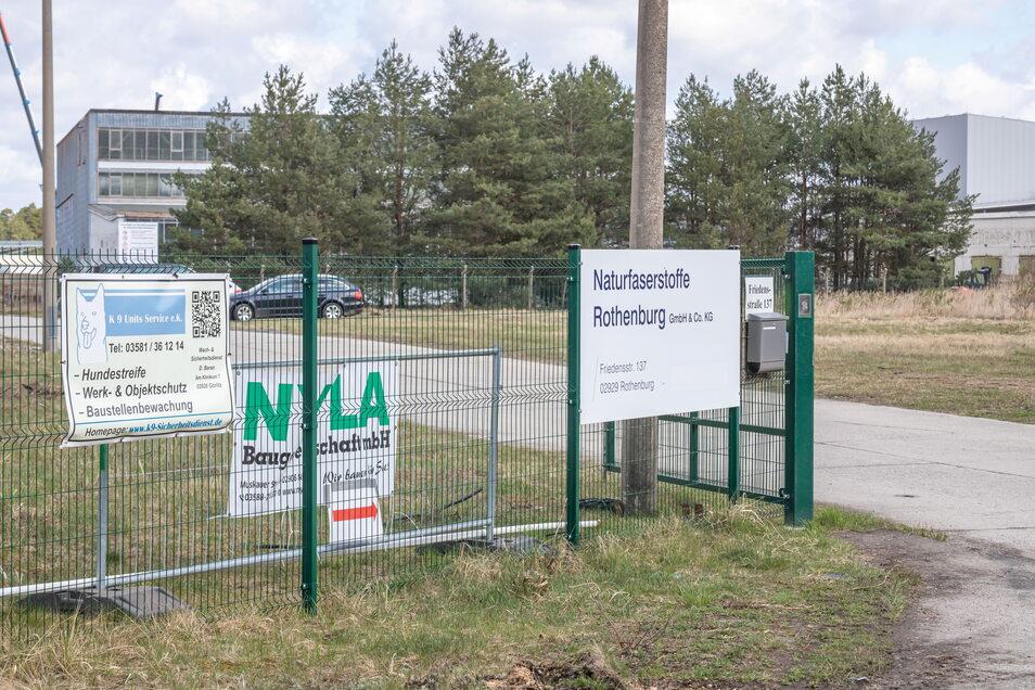 Dort, wo am Rande des Flugplatzes früher der Name Eko Energy stand, ist jetzt die Bezeichnung der neuen Firma zu lesen: Naturfaserstoffe Rothenburg GmbH & Co. KG.