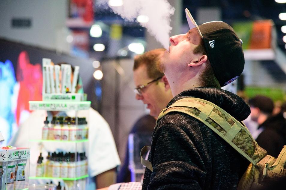 E-Zigaretten sind nicht gesund. Dennoch dürfen sie als Lebensretter beworben werden.