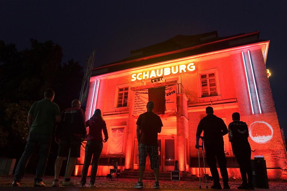"""Auch an der Schauburg in Zittau herrschte am Dienstagabend bei der bundesweiten """"Night of Light"""" Alarmstufe Rot."""