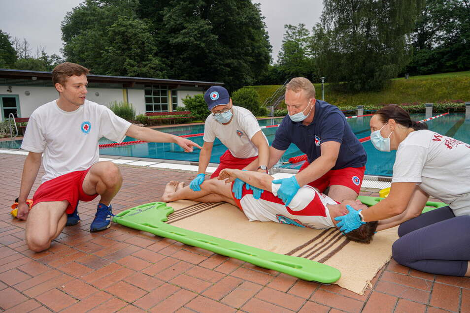 Im Bautzener Spreebad üben die Retter der Wasserwacht des Deutschen Roten Kreuzes in Bautzen unter Anleitung von Ausbilder und Jugendwart Andreas Hentschel (links) den Ernstfall.
