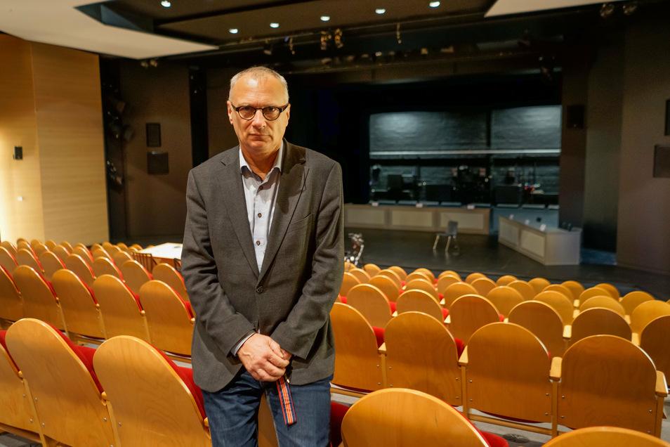 """Intendant Lutz Hillmann steht mit verbitterter Mine vor dem Bühnenbild für das Stück """"Gott"""", das am Freitag am Bautzener Theater Premiere hat. Danach müssen die Schauspieler wieder in die Zwangspause."""