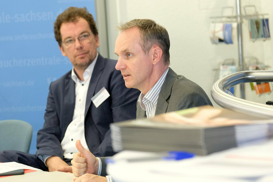 Rechtsexperte Michael Hummel (rechts) erklärte im September 2020 in der Meißner Filiale, wie sich Verbraucher der Musterfeststellungsklage anschließen können. Er war ebenso beim Prozess anwesend.