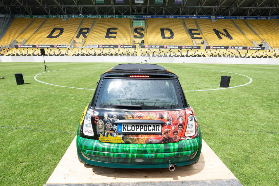Der Mini Cooper bei der Präsentation im Rudolf-Harbig-Stadion von hinten ...