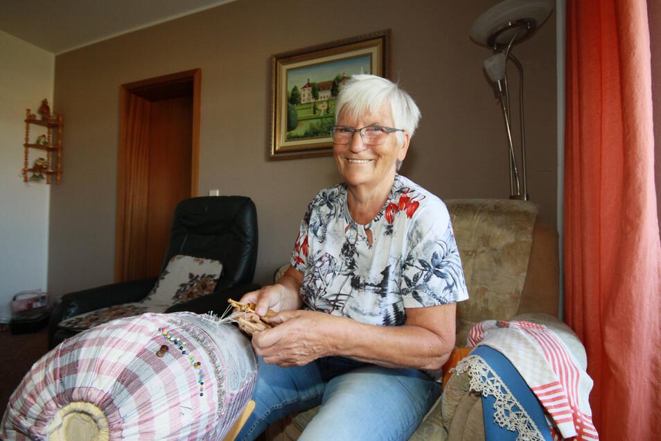 """Helga Radtke hat vor sechs Jahren die Leitung der Harthaer """"Klöppelfrösche"""" übernommen. An der Entstehung der Interessengemeinschaft hat sie keinen geringen Anteil."""