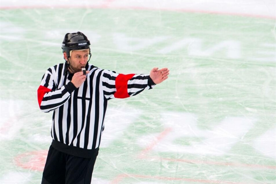 Ex-Eishockey-Star Sven Felski fungierte als Schiedsrichter.