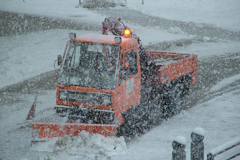 Auch die Beräumung von Plätzen gehört zum Winterdienst. Inklusive Lausitzer Platz (im Bild) geschieht das auf 34.000 Quadratmetern in Hoyerswerda.