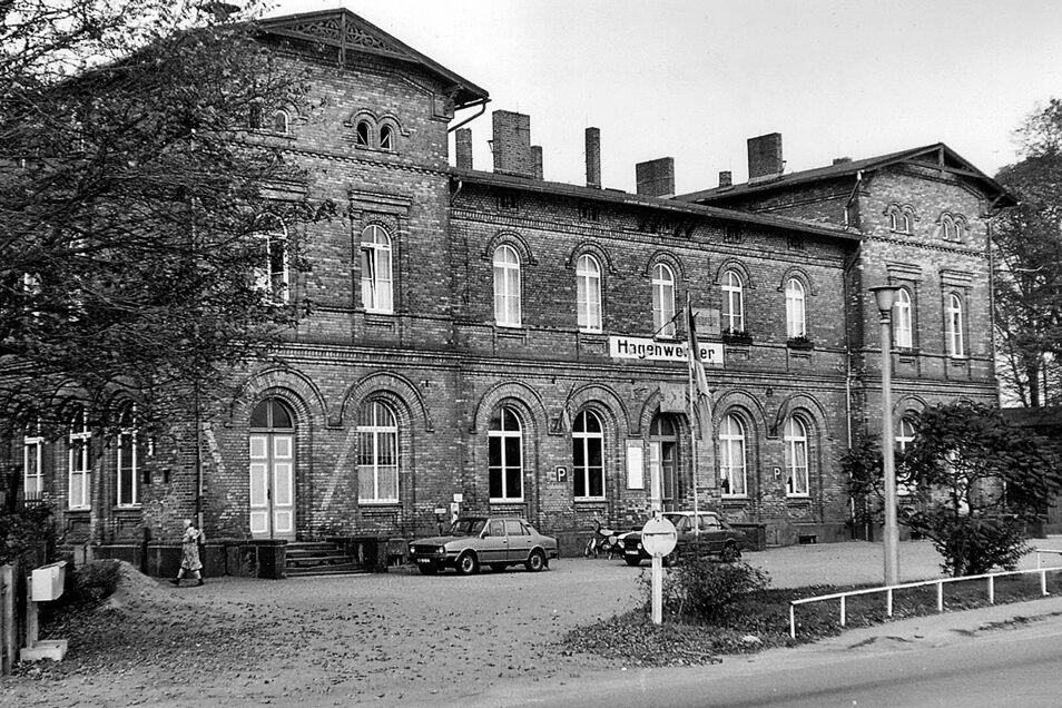 Das Bild zeigt den Bahnhof Hagenwerder 1985 mit DDR-Fahne und links sogar noch mit Luftschutzpfeilen aus dem Zweiten Weltkrieg.