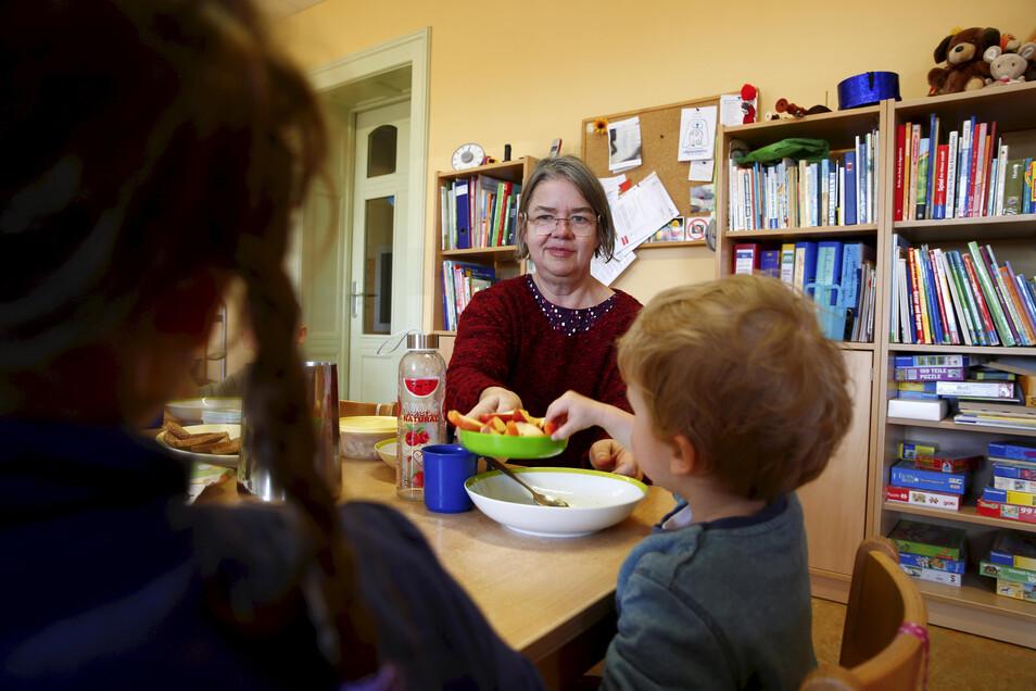 """In der evangelischen Kindertagesstätte """"Agnesheim"""" in Großröhrsdorf betreut Eva Schwarzenberg die Kinder."""