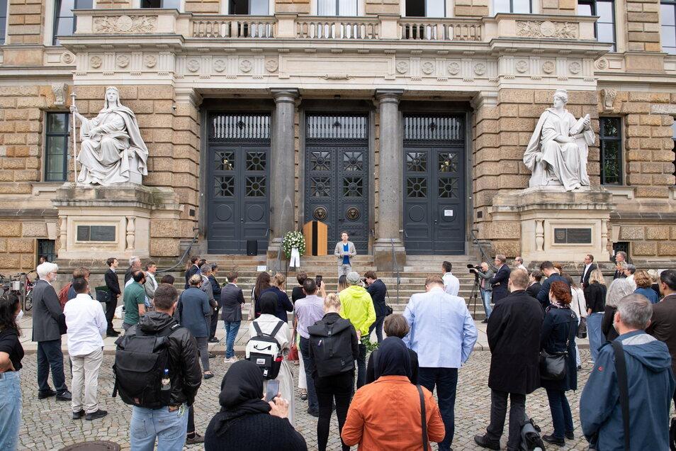 Teilnehmer stehen während der Gedenkveranstaltung für die aus Fremdenhass ermordete Marwa El-Sherbini vor dem Dresdner Landgericht. Jährlich am 1. Juli wird der 2009 dort ermordeten Ägypterin gedacht.