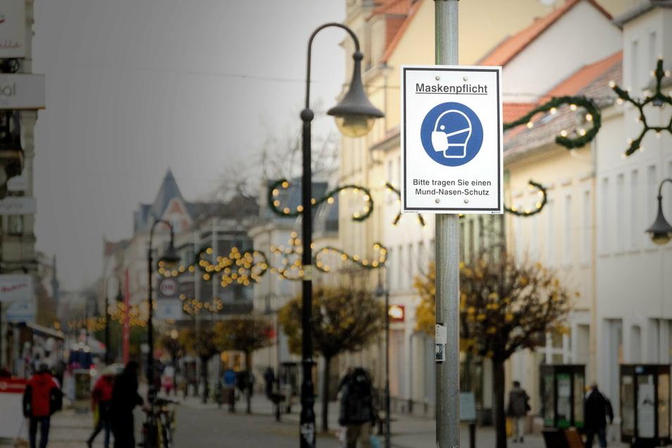 In der Fußgängerzone der Hauptstraße in Riesa gilt auch im Freien Maskenpflicht.