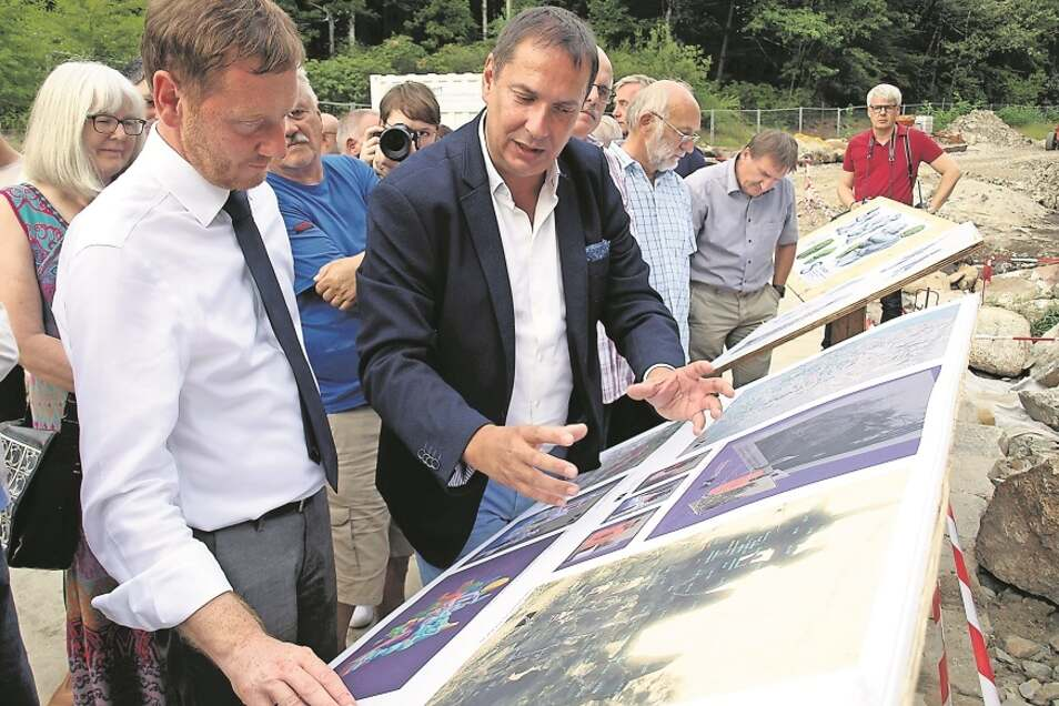 Beim Start für den Wiederaufbau der Grotte war im Juni 2019 Sachsens Ministerpräsident Kretschmer (li.) in Kromlau, ließ sich von Planer Thomas Bauer das Projekt erklären.