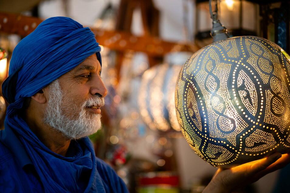 Die kunstvoll verzierten Lampen von Syedhom Salama lassen sich elektrisch beleuchten, zaubern aber mit Kerzen noch viel schönere Lichtspiele.