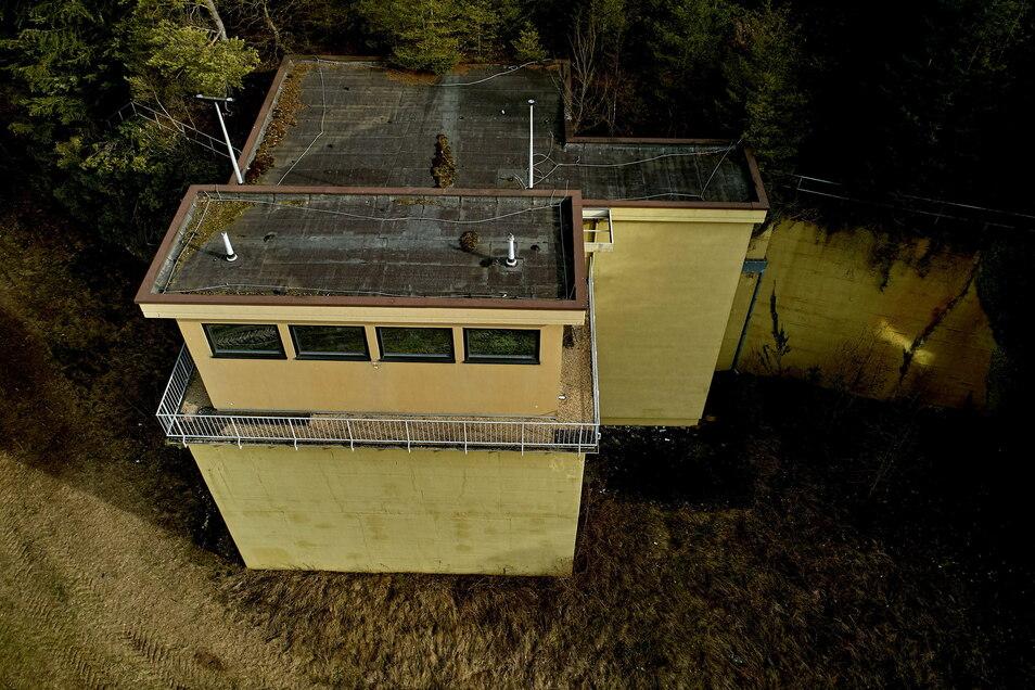 Die Drohnenaufnahme zeigt den westlichen Ausgang des ehemaligen westdeutschen Regierungsbunkers im Ahrtal. 1990 waren hier auch zwei DDR-Chiffriergeräte in Betrieb.
