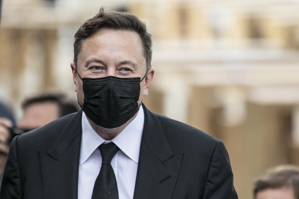 Elon Musk am Mittwoch in Berlin - mit Mundschutz.