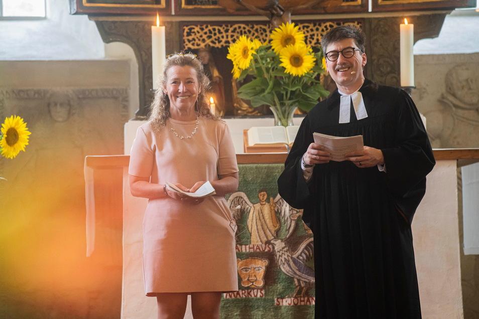 Gehen mit einem lachenden und einem weinenden Auge: Das Ponickauer Pfarrerehepaar Christine und Frank Dregennus wurde feierlich verabschiedet.