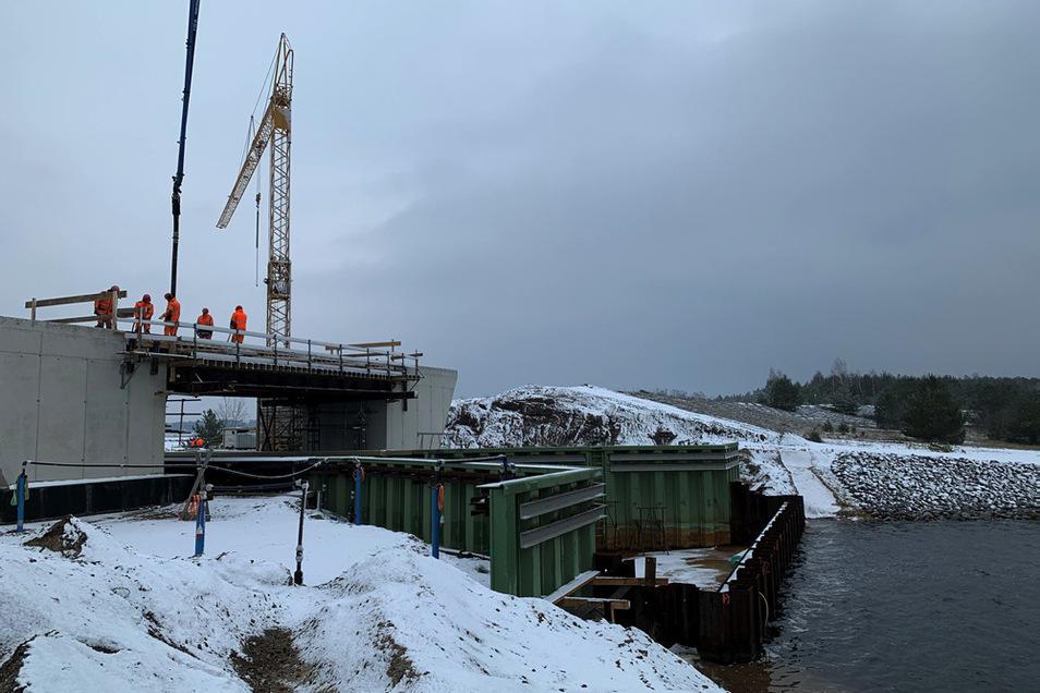 Auch im Winter wird gebaut. Am bislang einzigen Tag mit Schneefall Anfang Dezember erfolgten am Brückenbauwerk für den künftigen Überleiter 3a zwischen Neuwieser See und Blunoer Südsee nahe Klein Partwitz Betonierarbeiten.
