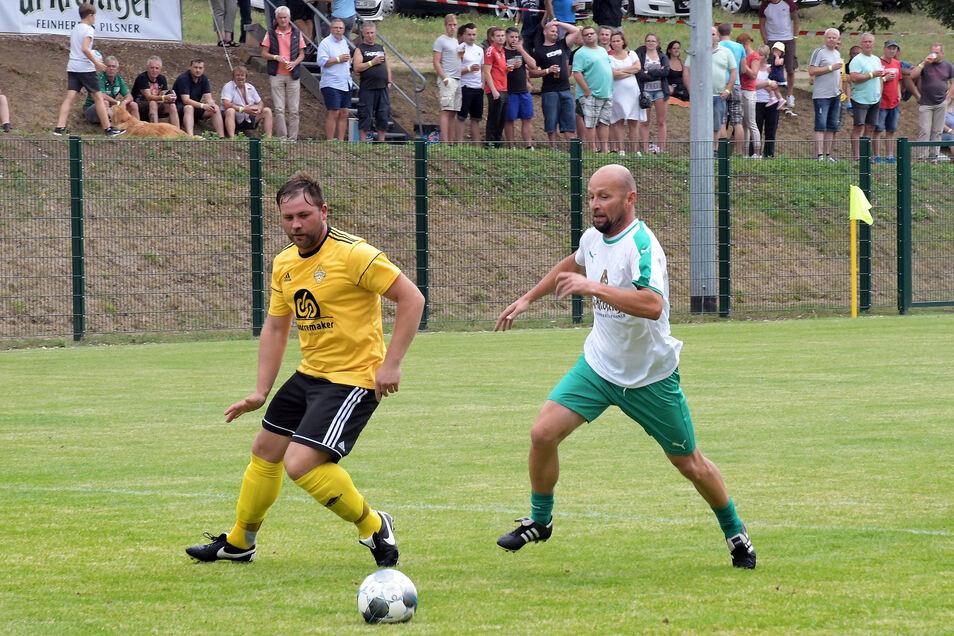 Nico Däbritz, einst für Dynamo Dresden, den VfB Leipzig und den VfL Wolfsburg aktiv, macht Druck auf seinen Gegenspieler.