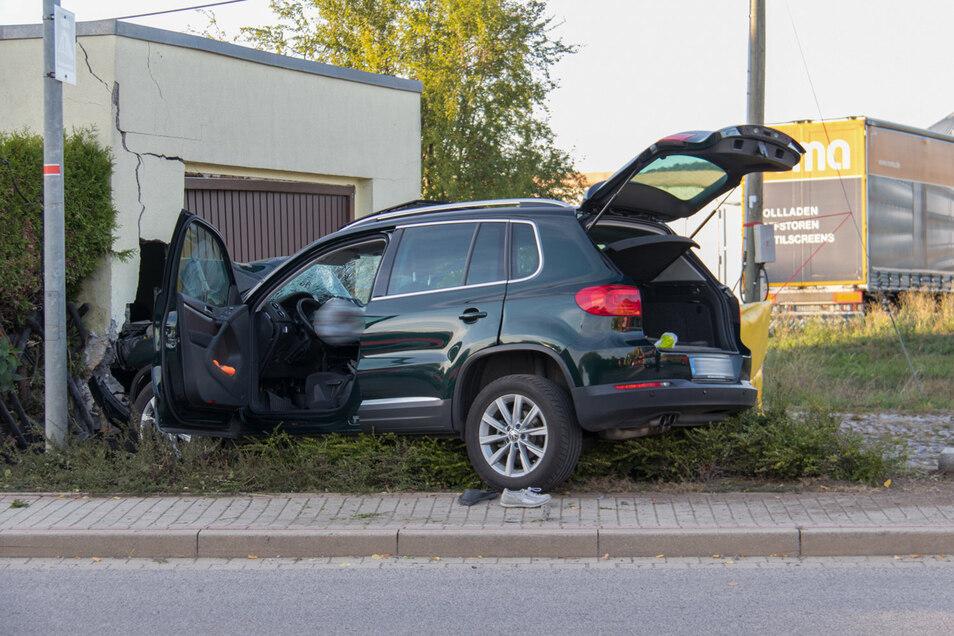 Das Auto fuhr über den Bürgersteig und anschließend gegen einen Garagenpfeiler.