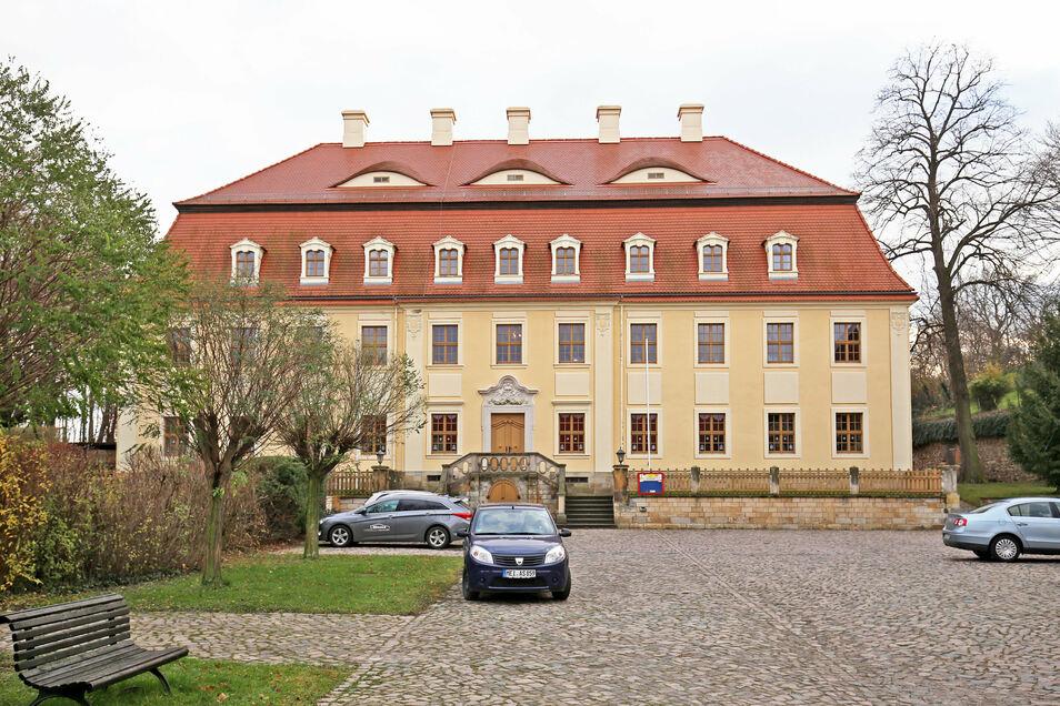 Stühlerücken im Stauchitzer Gemeindeamt in Staucha. Zwei Mitarbeiterinnen, darunter die Kämmerin, haben die Verwaltung verlassen.