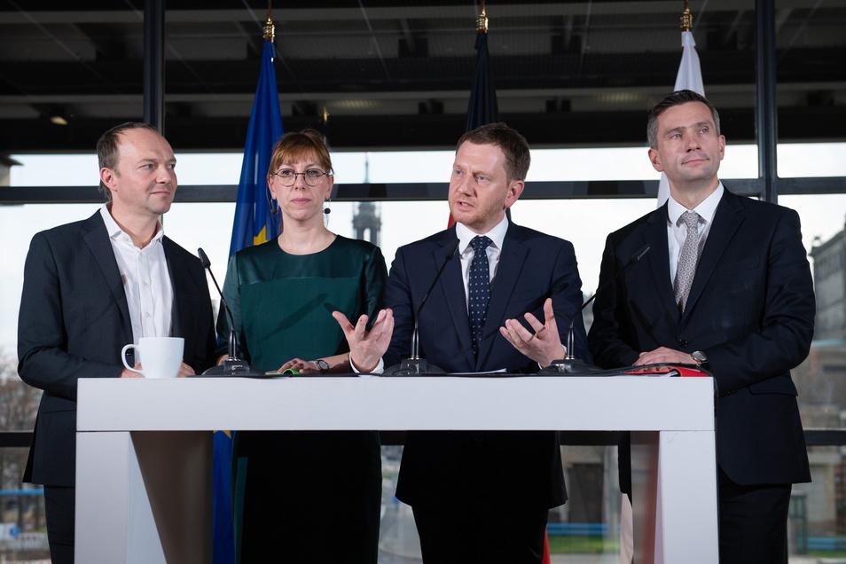 """""""Eine Koalition, die stabil und im gegenseitigen Vertrauen fünf Jahre für dieses Land arbeiten will:"""" Wolfram Günther (l-r, Güne), Katja Meier (Grüne), Michael Kretschmer (CDU) und Martin Dulig (SPD) am Sonntag im Dresdner Landtag."""